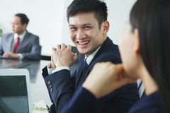 Uomo d'affari Smiling ed esaminare macchina fotografica Immagine Stock