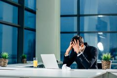 Uomo d'affari sollecitato che ha i problemi ed emicrania sul lavoro Fotografia Stock Libera da Diritti