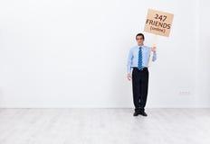 Uomo d'affari solo con molti amici online Fotografia Stock