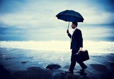 Uomo d'affari solo Walking dal concetto della spiaggia fotografie stock