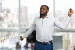 Uomo d'affari sonnolento che allunga nell'ufficio Immagini Stock Libere da Diritti