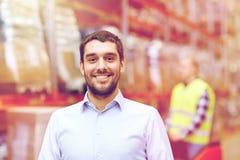 Uomo d'affari sopra il caricatore del magazzino sul carrello elevatore Fotografia Stock