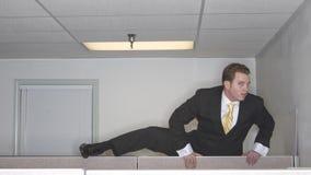Uomo d'affari sopra il cubicolo fotografie stock
