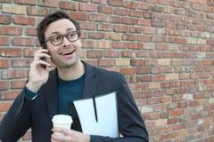 Uomo d'affari sorpreso che riceve una chiamata positiva Fotografia Stock