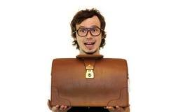 Uomo d'affari sorpreso che tiene la cassa marrone. Fotografia Stock
