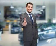 Uomo d'affari sorridente che mostra i pollici in su fotografia stock libera da diritti