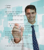 Uomo d'affari sorridente che scrive lingua di sql Immagini Stock