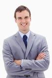 Uomo d'affari sorridente che si leva in piedi con le braccia piegate Immagini Stock Libere da Diritti