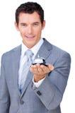 Uomo d'affari sorridente che tiene un segnalatore acustico di servizio Immagini Stock Libere da Diritti