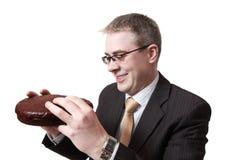 Uomo d'affari sorridente con il grafico a torta del cioccolato Fotografia Stock Libera da Diritti