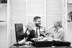 Uomo d'affari sorridente con il pacco del denaro contante americano del dollaro all'ufficio Soldi nell'affare Uomo d'affari con s immagine stock