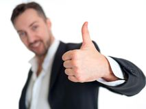 Uomo d'affari sorridente con il pollice su, isolato su fondo bianco Fotografia Stock Libera da Diritti