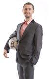 Uomo d'affari sorridente con un calcio immagini stock libere da diritti