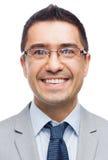 Uomo d'affari sorridente felice in occhiali ed in vestito Immagine Stock Libera da Diritti