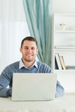 Uomo d'affari sorridente nel suo homeoffice Fotografia Stock Libera da Diritti