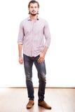 Uomo d'affari sorridente sicuro nell'usura informale Fotografie Stock Libere da Diritti