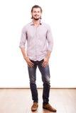 Uomo d'affari sorridente sicuro nell'usura informale Fotografia Stock