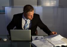 Uomo d'affari sotto pressione che lavora fuori orario Fotografie Stock