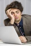 Uomo d'affari sovraccarico addormentato sul lavoro Fotografie Stock