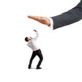 Uomo d'affari spaventato che cerca grande palma immagini stock