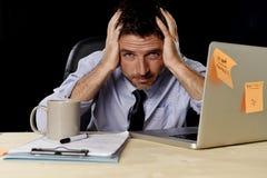 Uomo d'affari stanco attraente nel carico di lavoro pesante enorme stanco del legame e della camicia esaurito all'ufficio Fotografia Stock