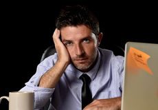 Uomo d'affari stanco attraente nel carico di lavoro pesante enorme stanco del legame e della camicia esaurito all'ufficio Fotografie Stock Libere da Diritti