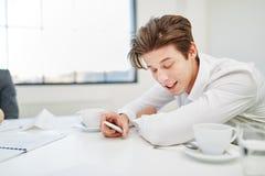 Uomo d'affari stanco che fa fuori orario Immagine Stock