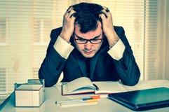 Uomo d'affari stanco con il computer portatile nell'ufficio - retro stile Immagine Stock Libera da Diritti