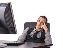 Uomo d'affari stanco davanti al suo computer Fotografia Stock Libera da Diritti