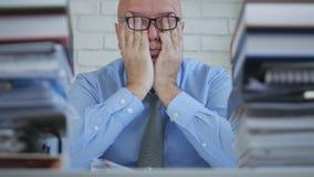Uomo d'affari stanco With Eyeglasses Working tardi nell'ufficio di contabilità immagine stock