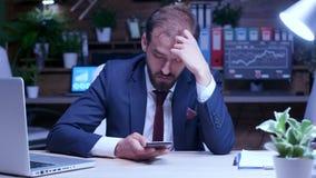 Uomo d'affari stanco tardi alla notte nell'ufficio archivi video
