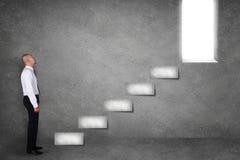 Uomo d'affari Start Climbing Stair per riuscito futuro fotografia stock libera da diritti