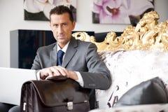 Uomo d'affari su un sofà dell'annata Fotografie Stock Libere da Diritti
