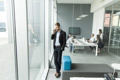 Uomo d'affari su un telefono Immagini Stock Libere da Diritti
