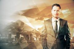 Uomo d'affari sul fondo giallo astratto della città Fotografia Stock Libera da Diritti