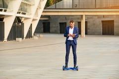 Uomo d'affari sul hoverboard immagini stock libere da diritti