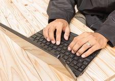 Uomo d'affari sul lavoro sul computer portatile Immagine Stock Libera da Diritti