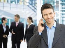 Uomo d'affari sul mobile Immagini Stock