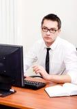 Uomo d'affari sul posto di lavoro con il calcolatore Fotografia Stock Libera da Diritti