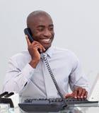 Uomo d'affari sul telefono nell'ufficio Fotografia Stock