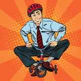 Uomo d'affari sulla bicicletta dei bambini Uomo d'affari Riding una piccola bicicletta Immagini Stock Libere da Diritti