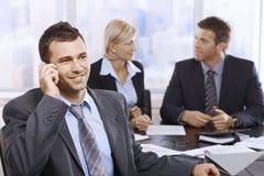 Uomo d'affari sulla chiamata in ufficio Immagini Stock Libere da Diritti