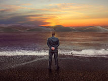 Uomo d'affari sulla linea costiera fotografia stock libera da diritti