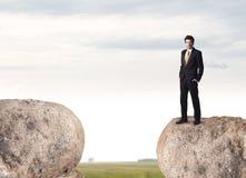 Uomo d'affari sulla montagna della roccia Fotografia Stock Libera da Diritti