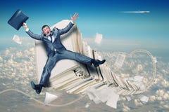 Uomo d'affari sulla pila di lavoro di ufficio fotografie stock libere da diritti