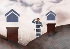 Uomo d'affari sulla scala della proprietà con le icone domestiche sopra i tetti Fotografie Stock