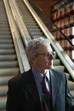 Uomo d'affari sulla scala mobile. fotografie stock libere da diritti