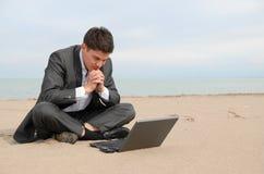 Uomo d'affari sulla spiaggia con il computer portatile Fotografia Stock Libera da Diritti
