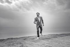Uomo d'affari sulla spiaggia, giorno, all'aperto immagine stock libera da diritti