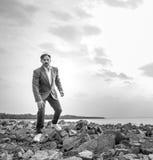 Uomo d'affari sulla spiaggia, giorno, all'aperto fotografia stock libera da diritti